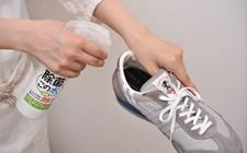 靴の中に「除菌に・この水」を吹きつけ