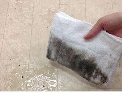雑巾に付いた真っ黒な汚れ