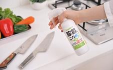 包丁やまな板に「除菌に・この水」を吹きつけ