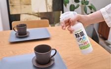 テーブルに「除菌に・この水」を吹きつけ