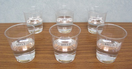 真鍮のネジを5種類の水に浸漬している写真