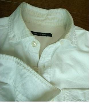 襟首や袖口が汚れた白いシャツ