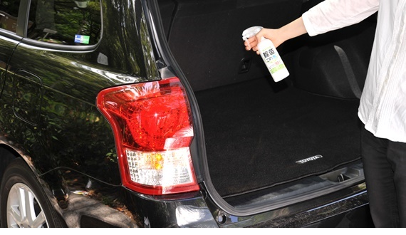 車内の荷台を除菌消臭している写真
