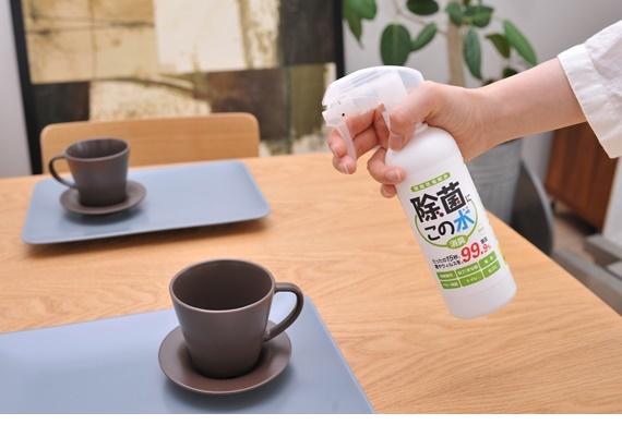 テーブルに微酸性電解水を噴霧している写真