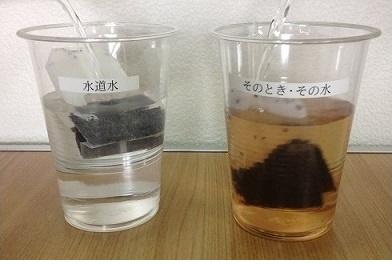 左に水道水、右にアルカリ電解水を注入