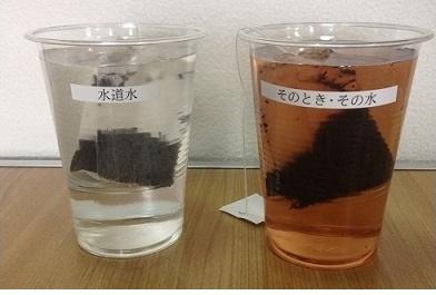 注入直後、左は透明で右は発色