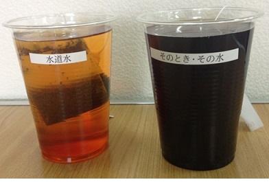 1時間後、左は紅茶色で右はコーヒー色