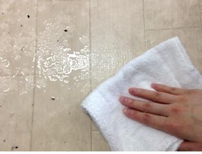 乾いた雑巾で拭き取り